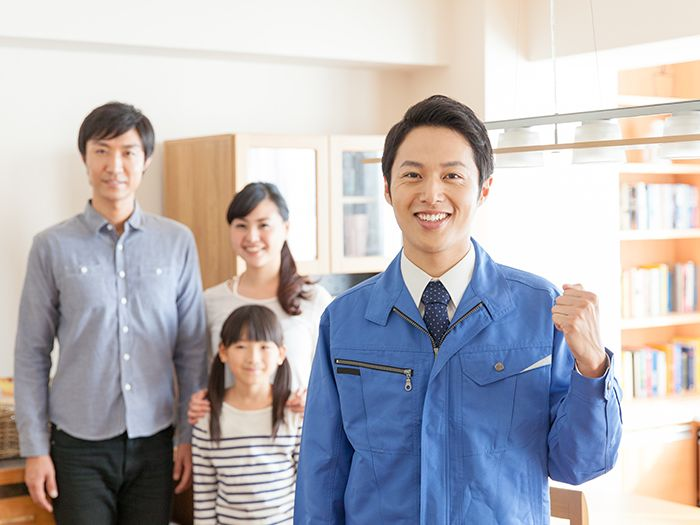 作業着姿の男性と家族