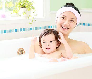 お風呂に入っている親子